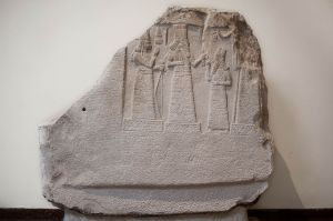 Stele showing Shamash-resh-ușur praying to the gods Adad and Ishtar with an inscription in Babylonian cuneiform.