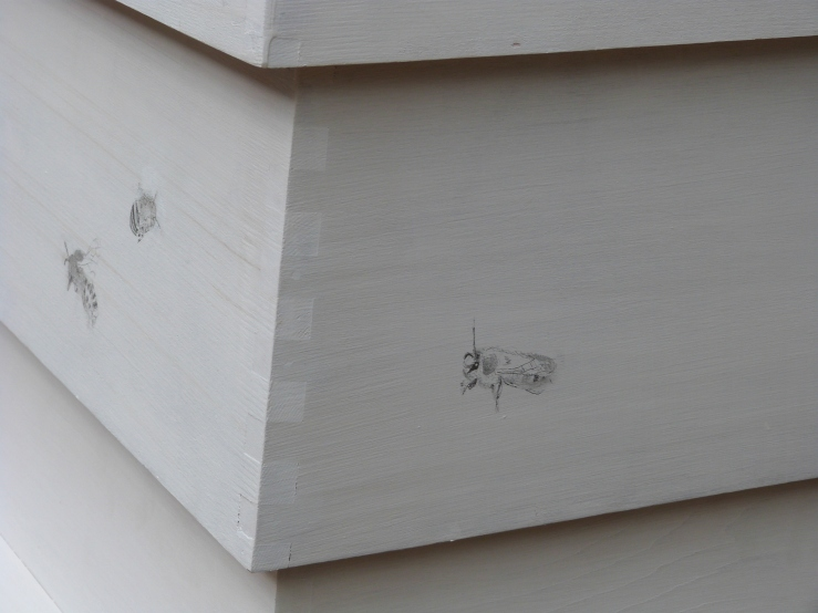 Drawings of five of the seven families of bees were made on the hive by Paul Evans (based on an idea by Hondartza Fraga).